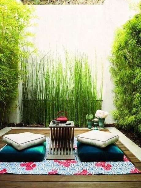 36. Deck de madeira, almofadas e lanternas compõem a decoração desse jardim. Fonte: Pinterest