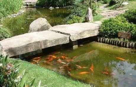 3. É muito comum ter lagos com carpas compondo a decoração do Jardim Japonês. Fonte: Pinterest