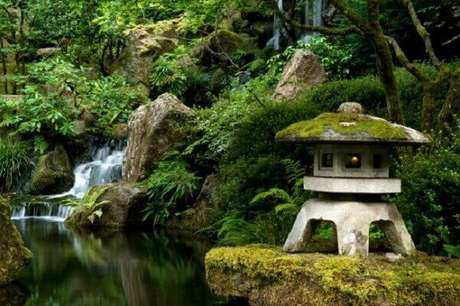39. Elementos orientais complementam a decoração desse jardim. Fonte: Trip Advisor