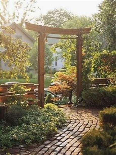 50. Invista em um pórtico de madeira na entrada do seu Jardim Japonês. Fonte: Pinterest