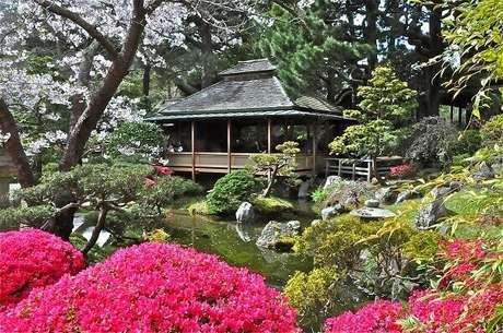 7. Jardim Japonês com lago e inúmeras flores. Fonte: Arquidicas