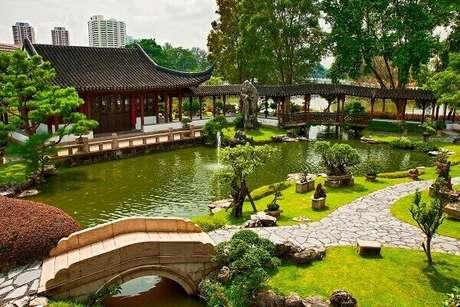 55. Jardim Japonês com lago e ponte. Fonte: Gazeta do Povo
