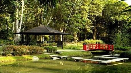 1. Jardim Japonês com ponte vermelha encanta o ambiente. Fonte: Pinterest