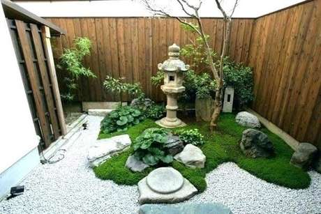 58. Mini Jardim Japonês estruturado aos fundo da casa. Fonte: Pinterest