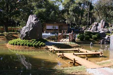 6. Jardim Japonês encantador com passarela de madeira. Fonte: Fênix Plantas e Jardins