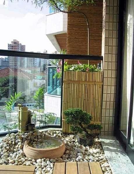 60. Jardim Japonês estruturado na varanda de um apartamento. Fonte: Simples Decoração