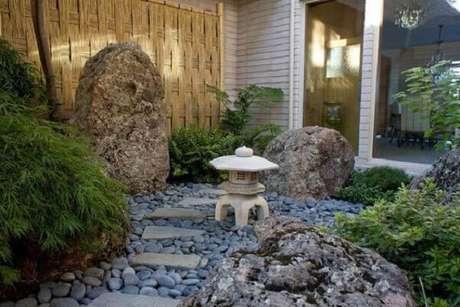 11. O caminho entre a casa e o quintal pode ficar ainda mais aconchegante com a presença de um Jardim Japonês. Fonte: Pinterest