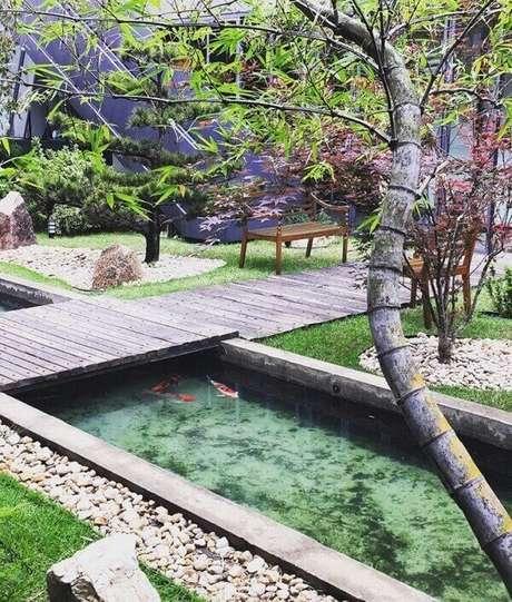 75. Ponte de madeira e lago com carpas compõem esse jardim. Fonte: Biopet Lagos Ornamentais