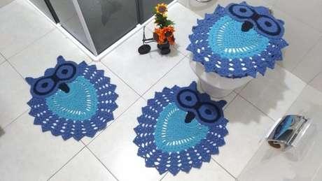 27. Use o tapete de banheiro azul para encantar sua casa! – Por: Artes de crochê
