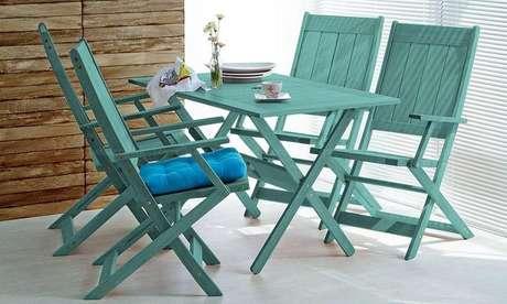 16. O verde é uma cor de tinta para madeira que fica muito bem em cadeiras. Projeto por: Lojas KD