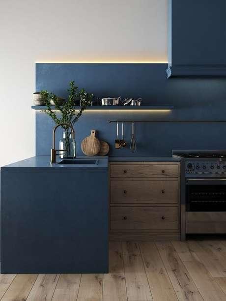 9. A tinta para madeira utilizada na cozinha deve ter uma pigmentação que suporte umidade. Projeto por: Revista Viva Decora