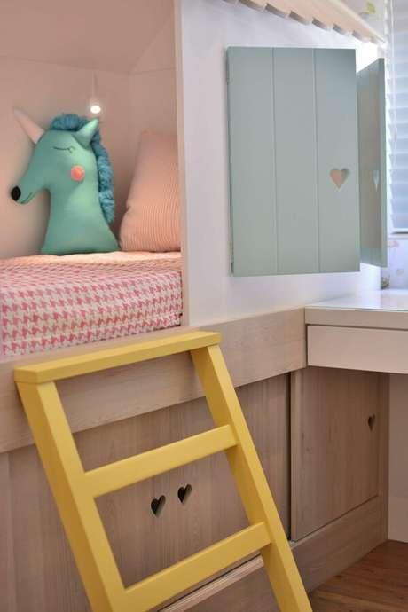 17. Quartos infantis costumam ter muitos móveis pintados com tinta de madeira. Projeto por: BG Arquitetura