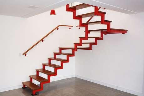18. Arquitetos costumam usar a tinta para madeira em diferentes superfícies. Projeto por: Escadas MV
