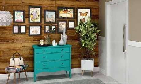 23. Tons de tinta para madeira mais fortes são muito bons para móveis que ficam em ambientes com paredes claras. Projeto por: Lojas KD