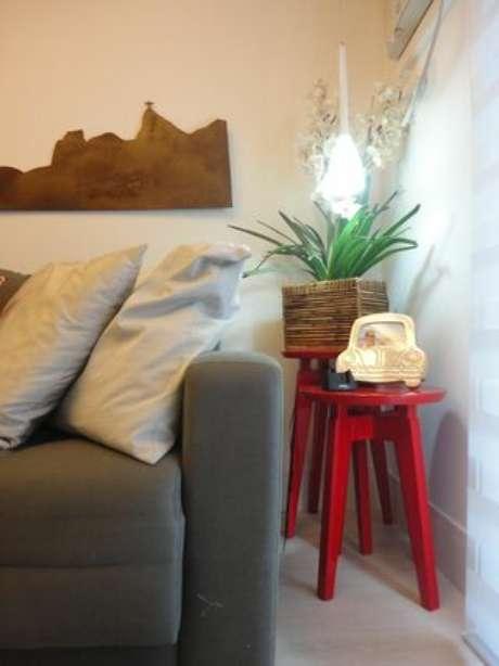 30. As mesas laterais com aplicação de tinta para madeira colorida deixa os ambientes mais vivos. Projeto por: Maria Helena Torres