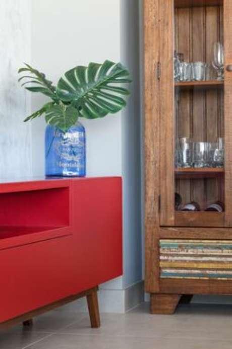 34. O vermelho também é muito comum em tintas para madeira. Projeto por: Metrik Design