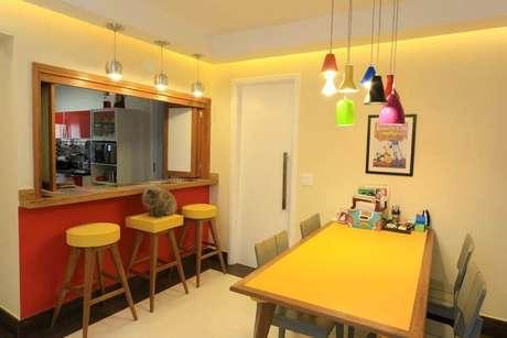36. Uma mesa inteira pode dar destaque para uma sala de jantar com a tinta para madeira. Projeto por: Move Móvel