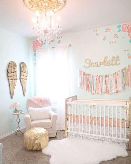 2. O quarto de bebê também pode ter o lustre candelabro na decoração – Por: Cadenlane