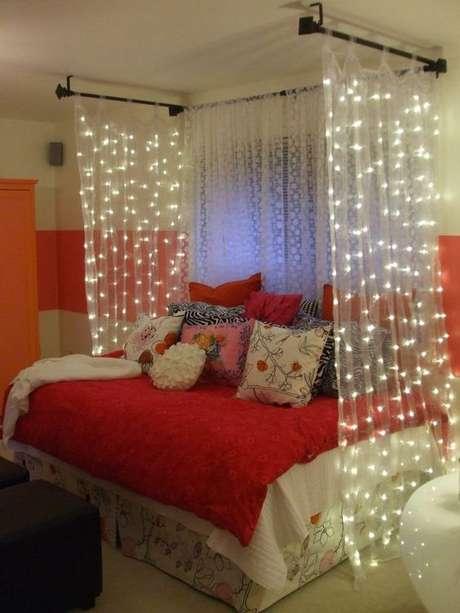 12. Para iluminar o quarto: cama com dossel e luzes de micro led – Por: Indice feminino