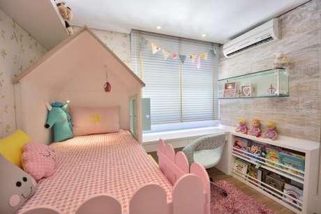 13. A cama infantil com dossel pode ser feita em formato de casa para deixar o quarto mais didático para a criança. Que tal essa cama com dossel? – Por: BG arquitetura