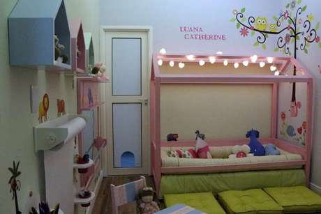 14. Que tal colocar luzes na cama com dossel para quarto infantil? Fica lindo! – Por: Andrea Bento