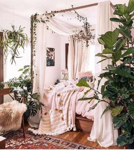 11. Até quem gosta de ter conexões com a natureza, pode investir na cama com dossel decorada com plantas. – Por: Pinterest