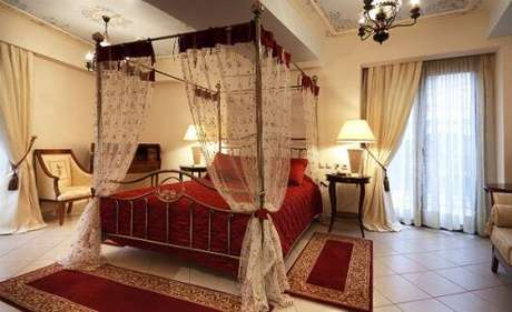 18. A cortina de renda é perfeita para a cama com dossel de quarto casal – Por: Reedecora