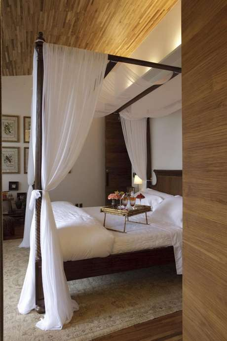 19. Na cama com dossel, use cortinas em cores claras para a cama de casal com dossel – Por: Eduarda Correa