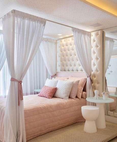 21. Cama com dossel e cortina brancas, super delicado e feminino – Por: Pinterest