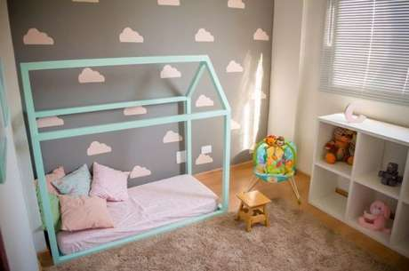 3. A cama com dossel fica ainda mais linda com cores e decorações de brinquedos – Por: Ana Branco