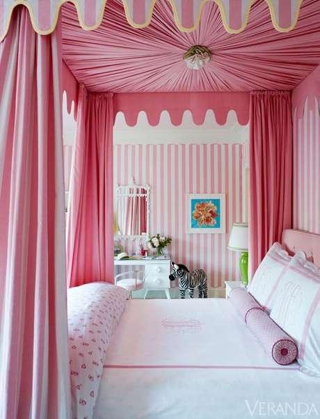 33. A cama com dossel cor de rosa é perfeita para quem quer um quarto de princesas – Por: Decore com Gigi