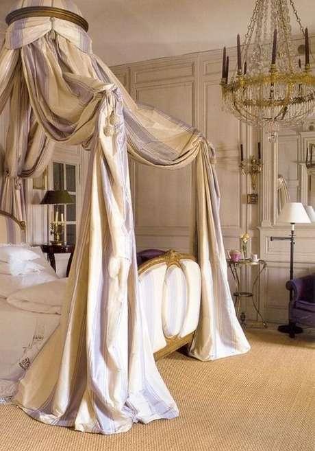 34. Aposte na cama de princesas com dossel dourado, para deixar o quarto com cama com dossel ainda mais encantador!- Por: Pinterest
