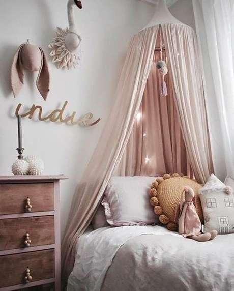 36. Aposte na cama com dossel cor de rosa e detalhes em dourado para um cantinho aconchegante – Por: Casa Vogue