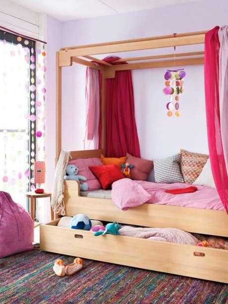 37. Monte uma cama com dossel cor de rosa para fazer seu cantinho pertinho – Por: HusStylung