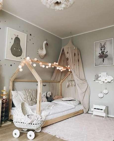 40. A cama com dossel infantil fica ainda mais delicada com os brinquedos decorando o quarto – Por: Carol na Zarbabes