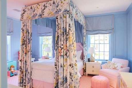 44. Cama com dossel e cortina floral – Por: Bailey Mccarthy