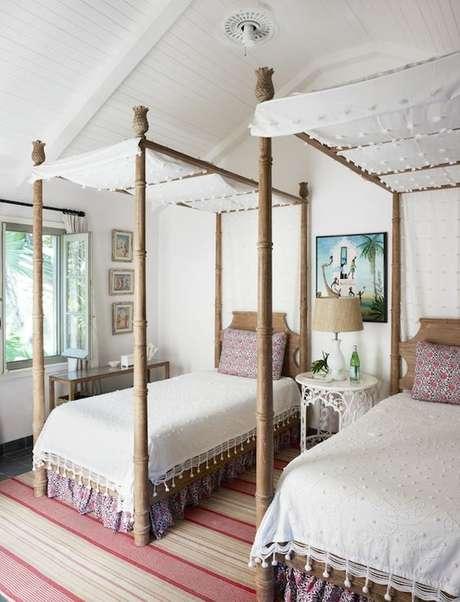 47. Quem divide o quarto pode apostar na cama com dossel para ter mais privacidade – Por: Pinterest