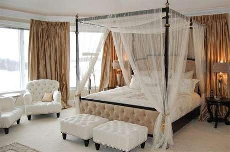49. Caso goste de ambientes clean, use cortinas de voil na sua cama com dossel – Por: Pinterest
