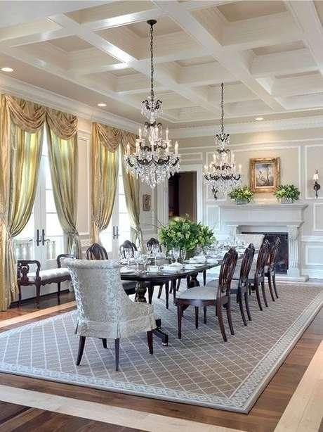 12. A decoração da sala de estar com dois lustre candelabro é o ideal para ambientes amplos – Por: Eu Decoro