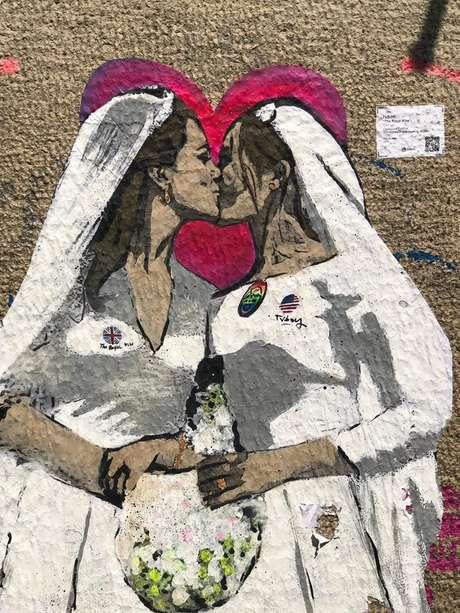 Artista italiano cria mural de Meghan e Kate se beijando