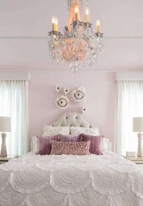 20. Seu quarto também pode ser ainda mais encantador com lustres candelabros – Por: The Jet Set Blog