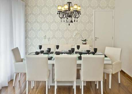 34. Lustre candelabro preto para sala de jantar clássica branca – Por: Renata Tolentino Arquitetura