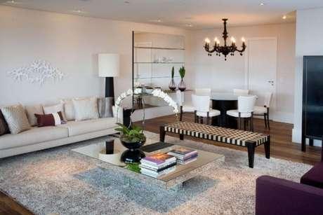 7. O lustre candelabro preto é usado em salas modernas e neutras – Por: Vanessa Feress