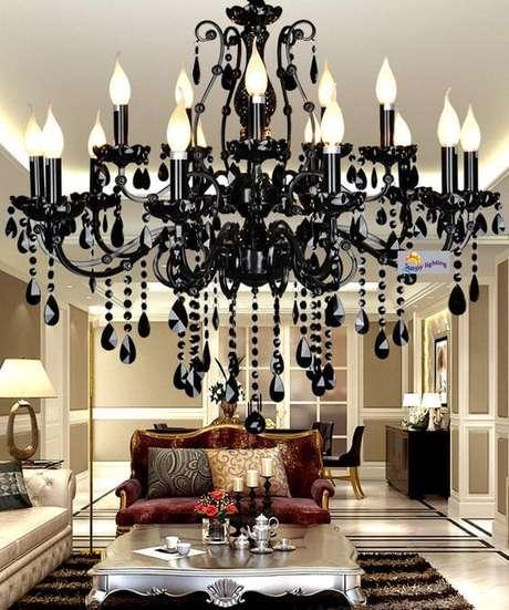 37. Lustre candelabro preto para sala sala clássica – Por: Ali