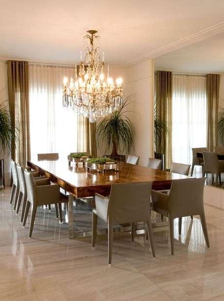 3. Lustre candelabro para sala clássica e grande – Por: Casa Vogue