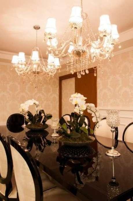 30. Quando a mesa for grande, use dois lustres candelabros para iluminar o ambiente – Por: Pinterest