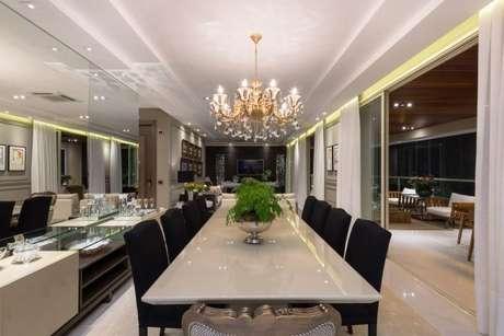 39. Sala de jantar com lustre candelabro – Por: Mariela Uzan
