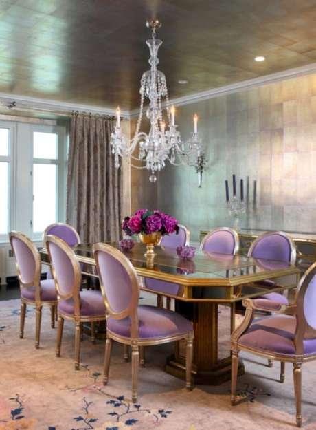 10. Sala com cadeiras roxas e lustre candelabro acima – Por: Decore com Gigi