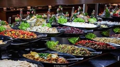 Os outros clientes de um restaurante podem decidir se você vai comer legumes, por exemplo