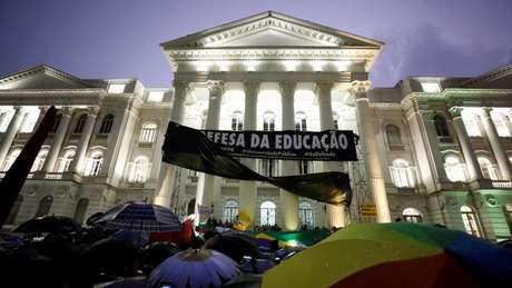 Protesto diante da UFPR, em Curitiba; orçamento das universidades federais entrou em debate após anúncio de cortes